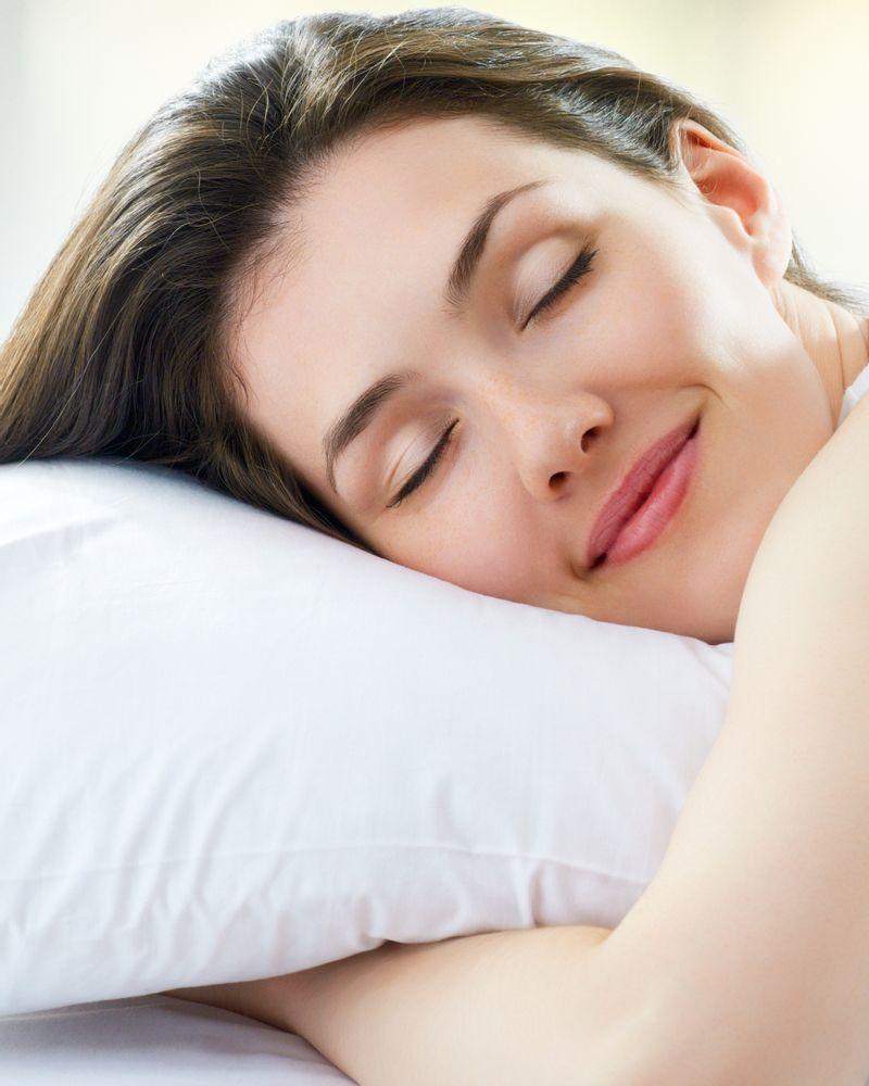 jeune femme dort