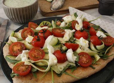 Pizza blanche à l'italienne et soupe glacée de concombre