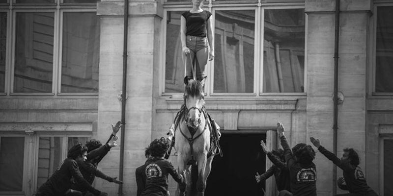Femme en équilibre sur le cheval
