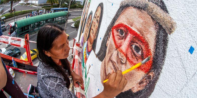 """Street art engagé : """"les femmes qui protègent la Terre"""" par Mona Caron"""
