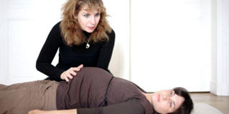 La posture pour relancer l'énergie et apaiser la femme enceinte