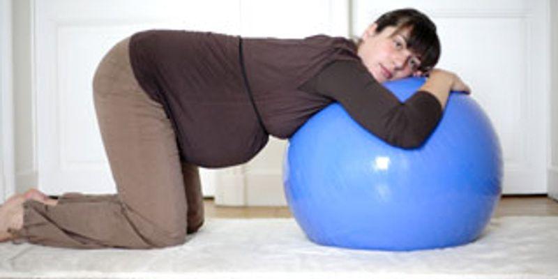 La position pour étirer le dos et soulager les bras pendant la grossesse