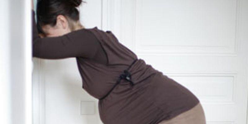 La position pour étirer le bassin de la femme enceinte