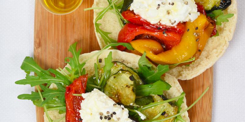 Pitas avec légumes grillés, roquette et cottage cheese