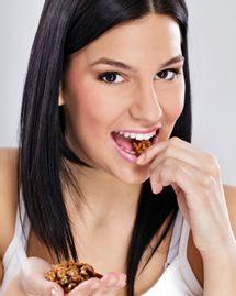 femme mange noix