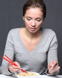 femme mange pâte