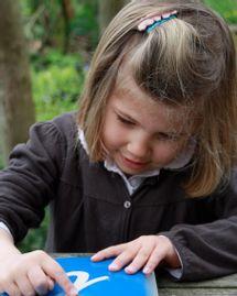 enfant lecture lettres rugueuses