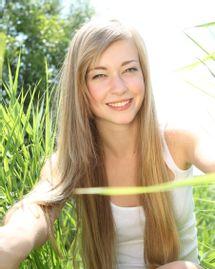 femme herbe champ soleil heureuse