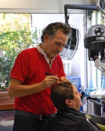 Charley Assoun, coiffeur bio, dans son salon Biocoiff