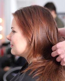 La coloration végétale colore et répare le cheveu
