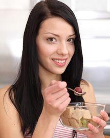 femme grignoter fruit