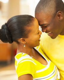 couple heureux jaune soleil