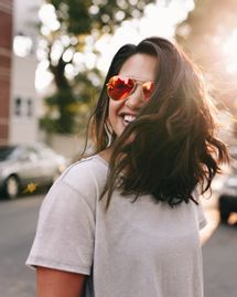 cheveux femme soleil heureuse sourire