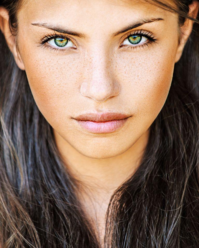 femme yeux verts cheveux longs nature