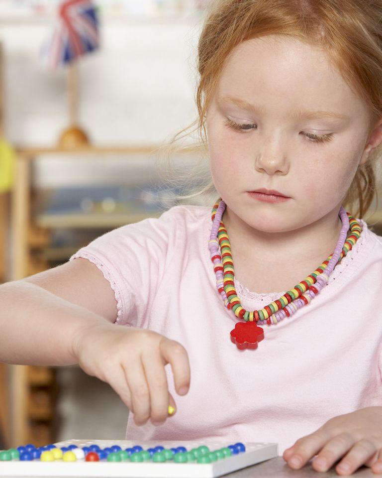 enfant montessori jouer école