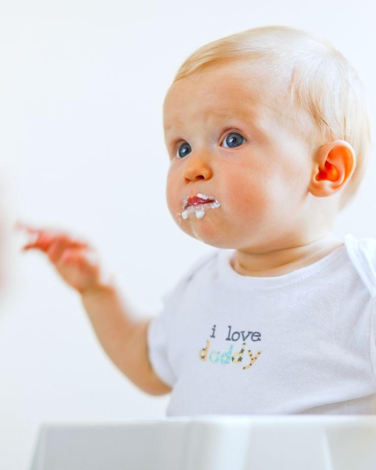 bébé manger chaise cuillere
