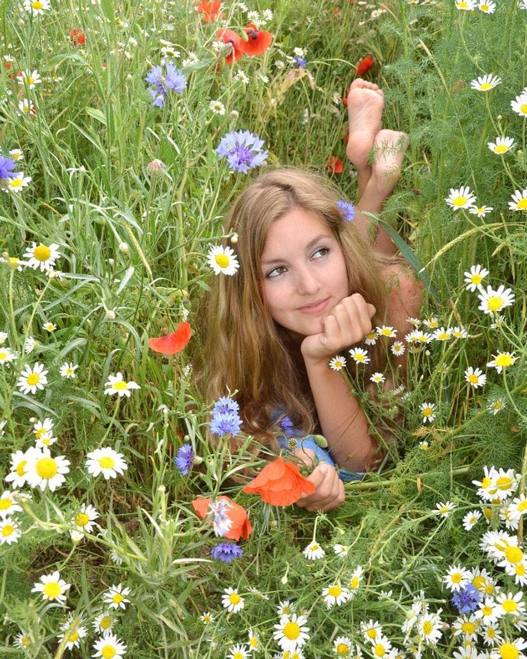 fille herbe fleurs champs