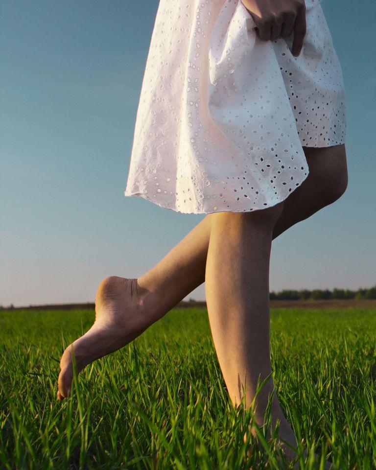 marcher herbe pieds nus