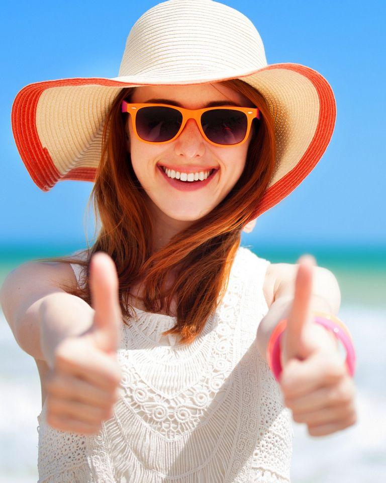 Femme chapeau plage mer