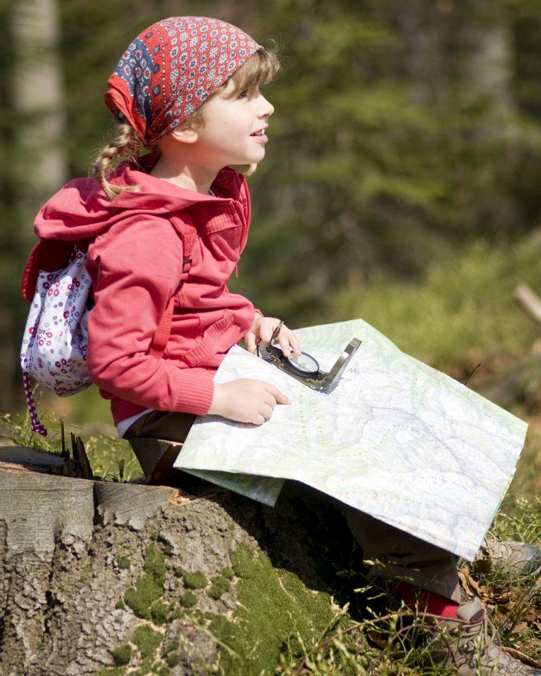 enfant rocher carte forêt