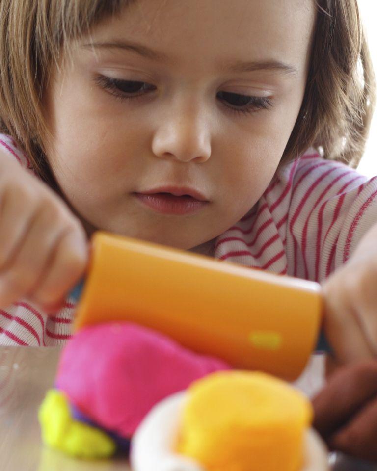 enfant pâte à modeler