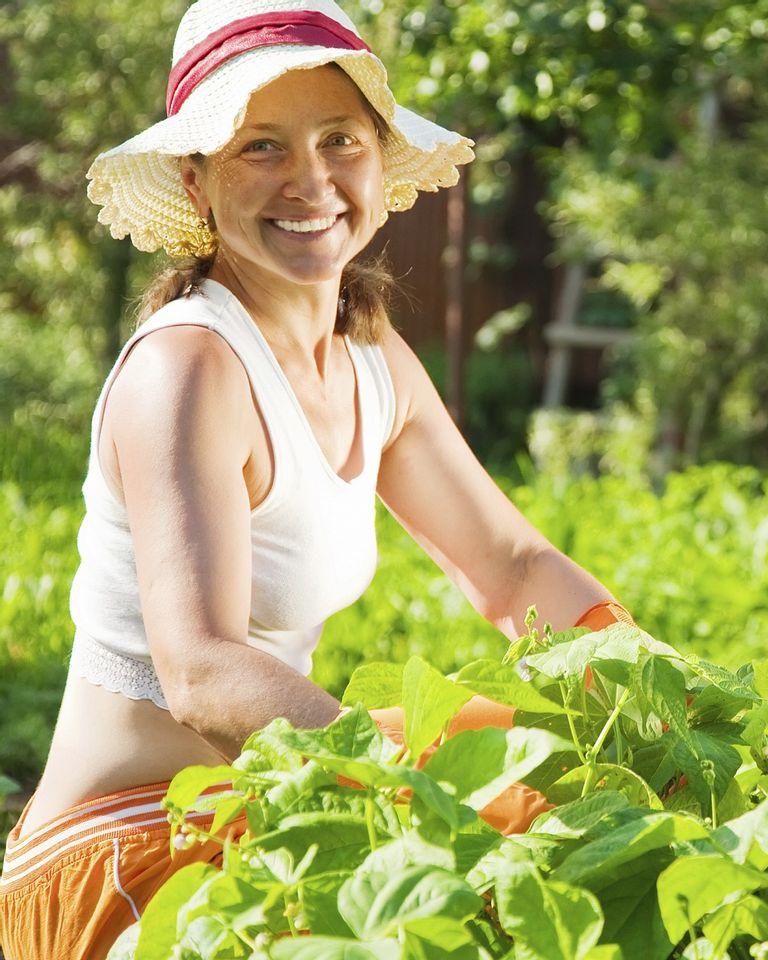 femme jardin chapeau été