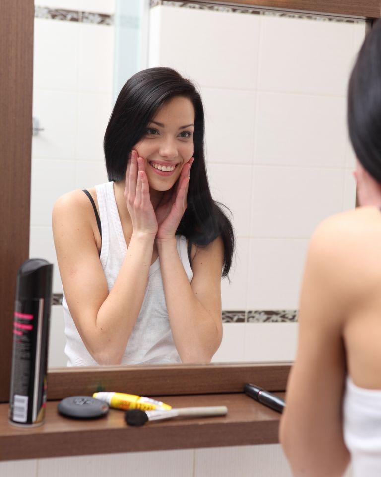 femme peau sourire salle de bain