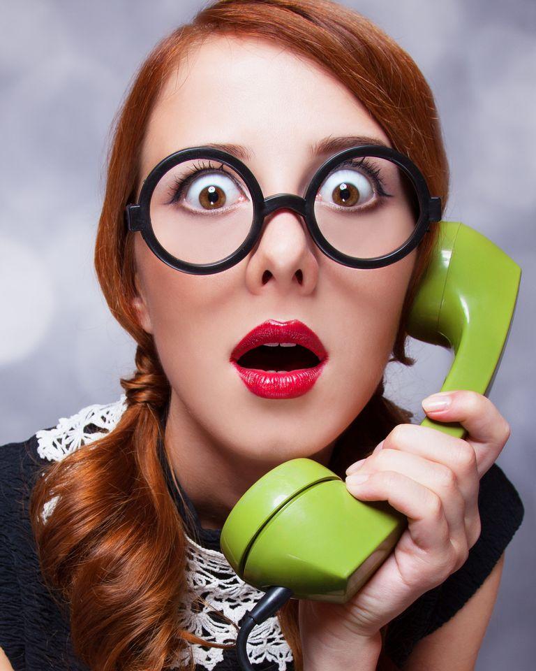 femme rousse lunette téléphone