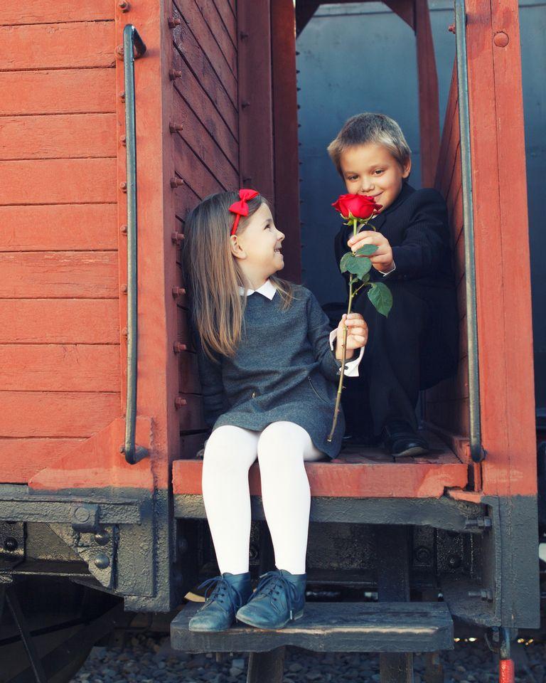 train rétro enfant rose gentil heureux offrir