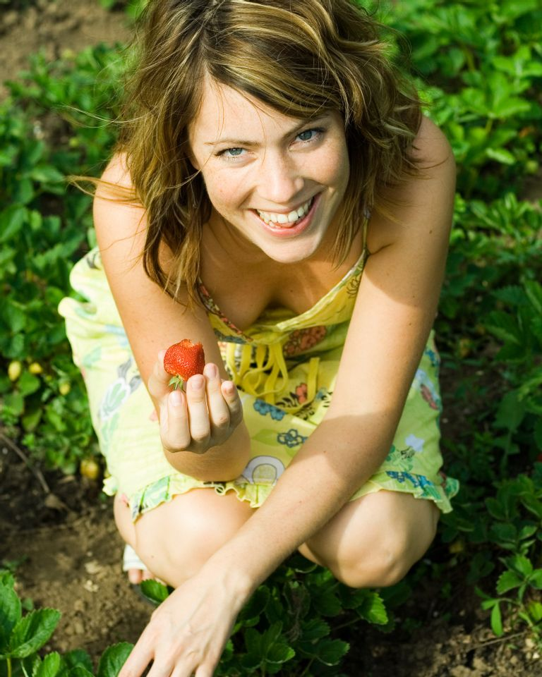 femme fraise jardin heureuse