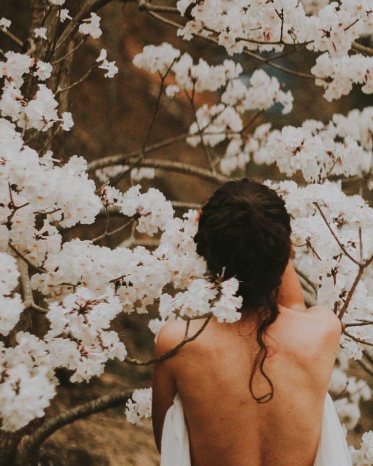 Femme nue fleurs blanches