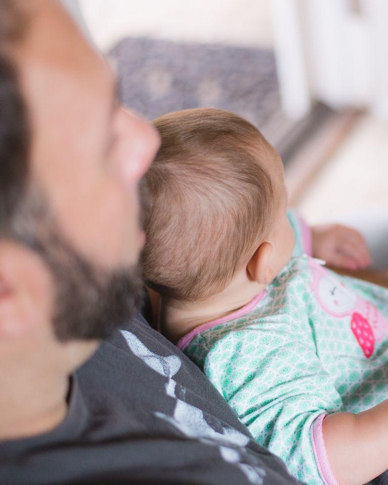 papa père enfant bébé lire lecture histoire