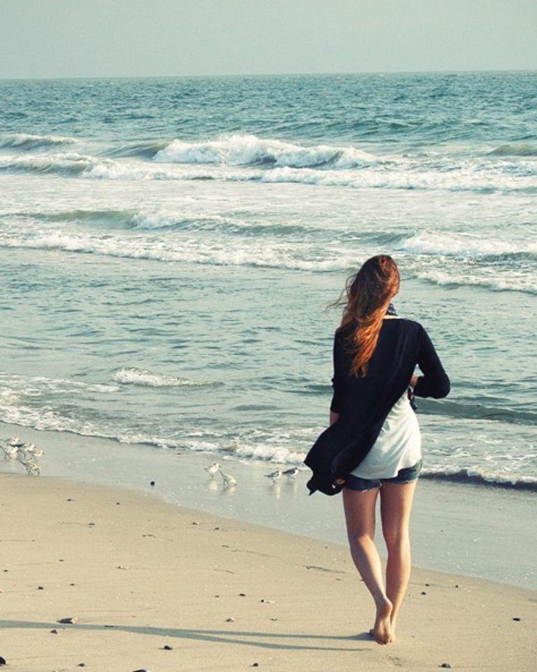 Femme plage chemin de vie