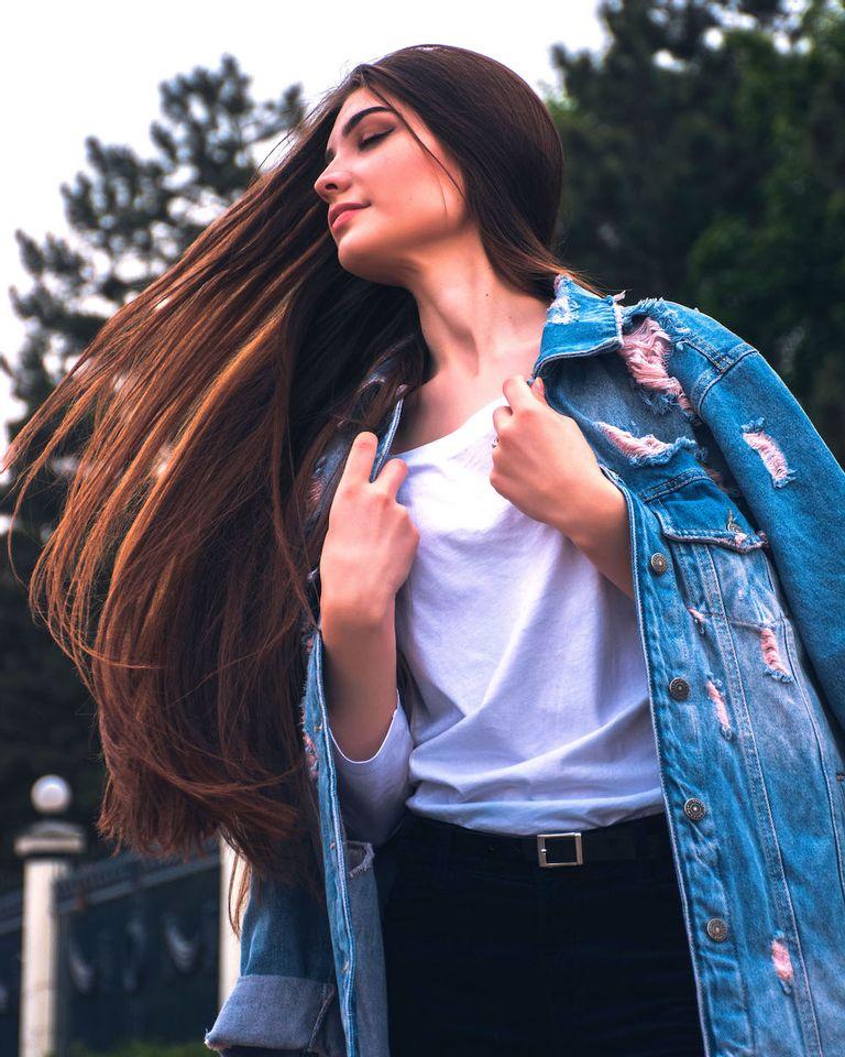 fille cheveux dans le vent