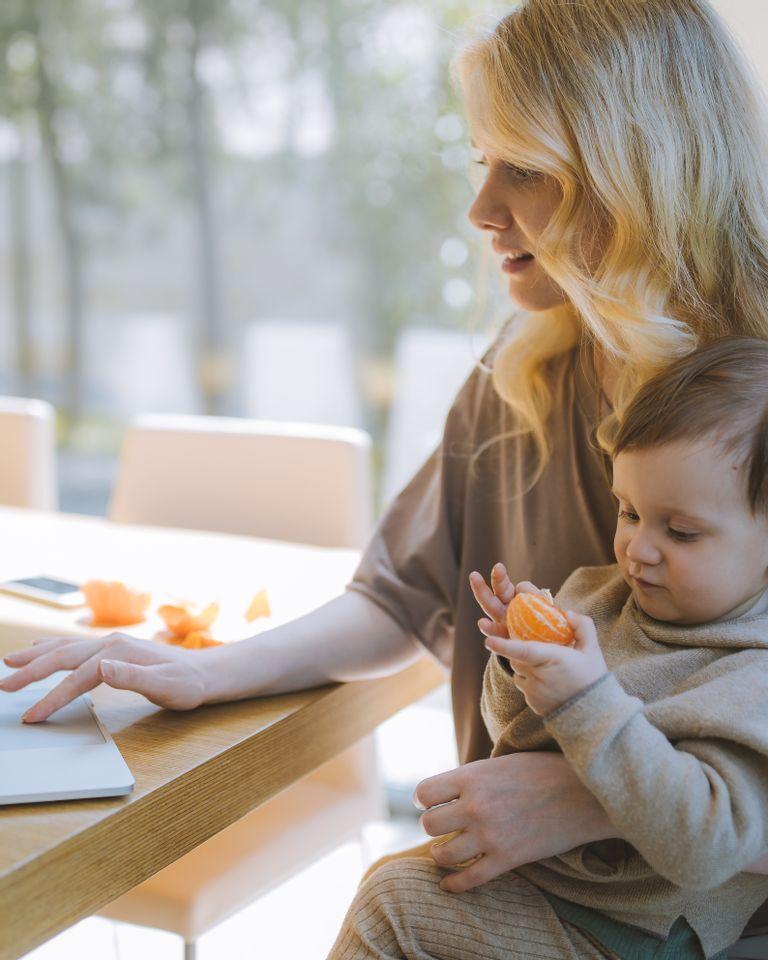 Télétravailler avec bébé : comment gérer les deux ?