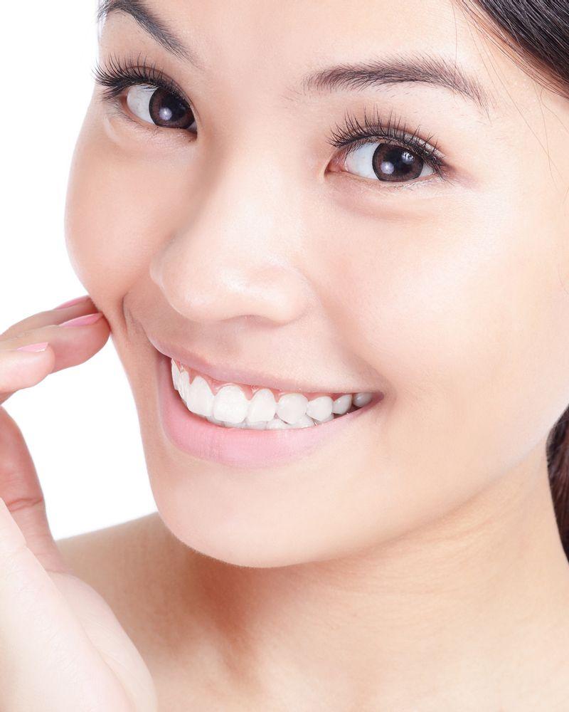 femme sourire dent main