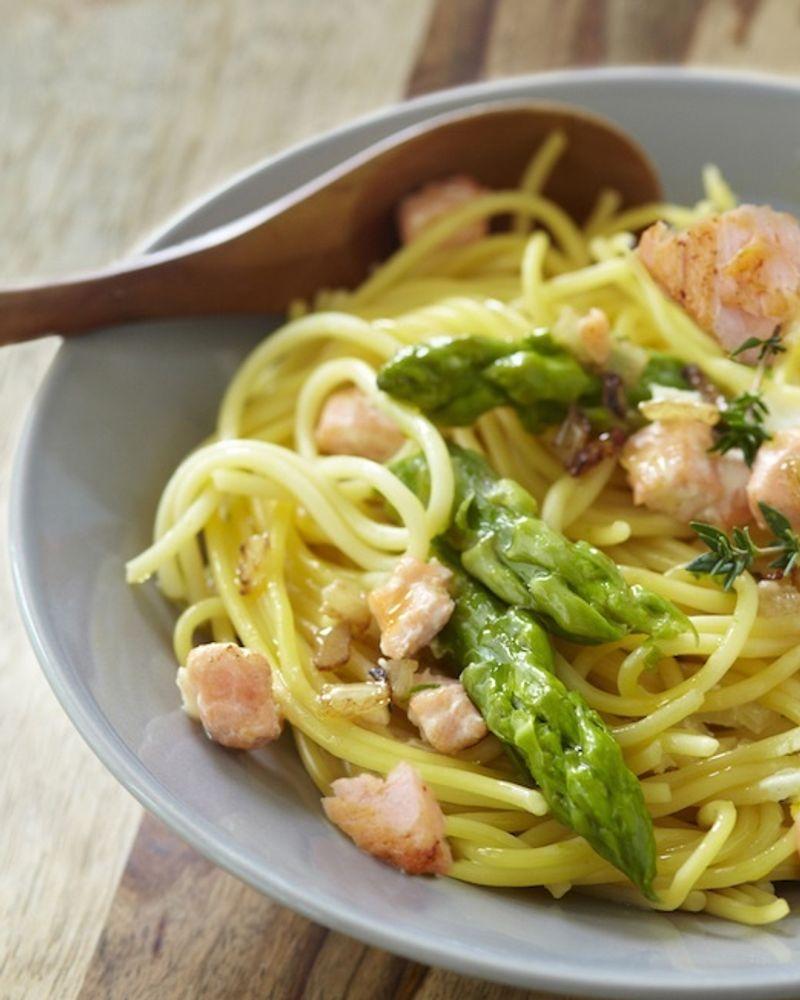 Spaghettis printaniers aux asperges vertes et saumon sans gluten