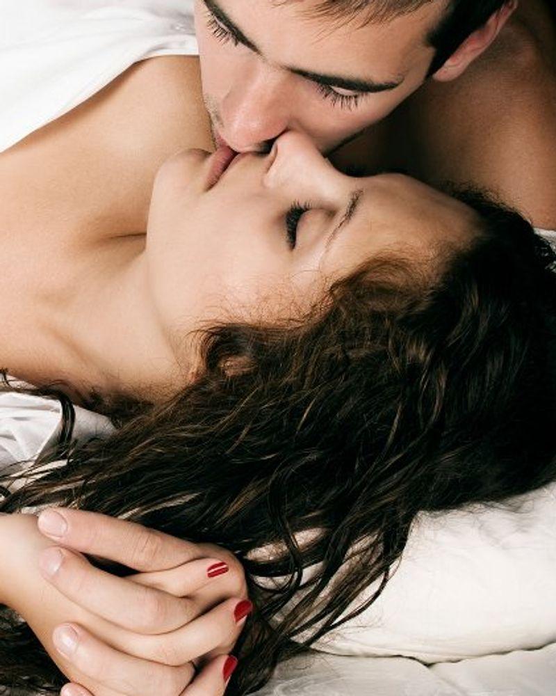 couple lit baiser sexualité