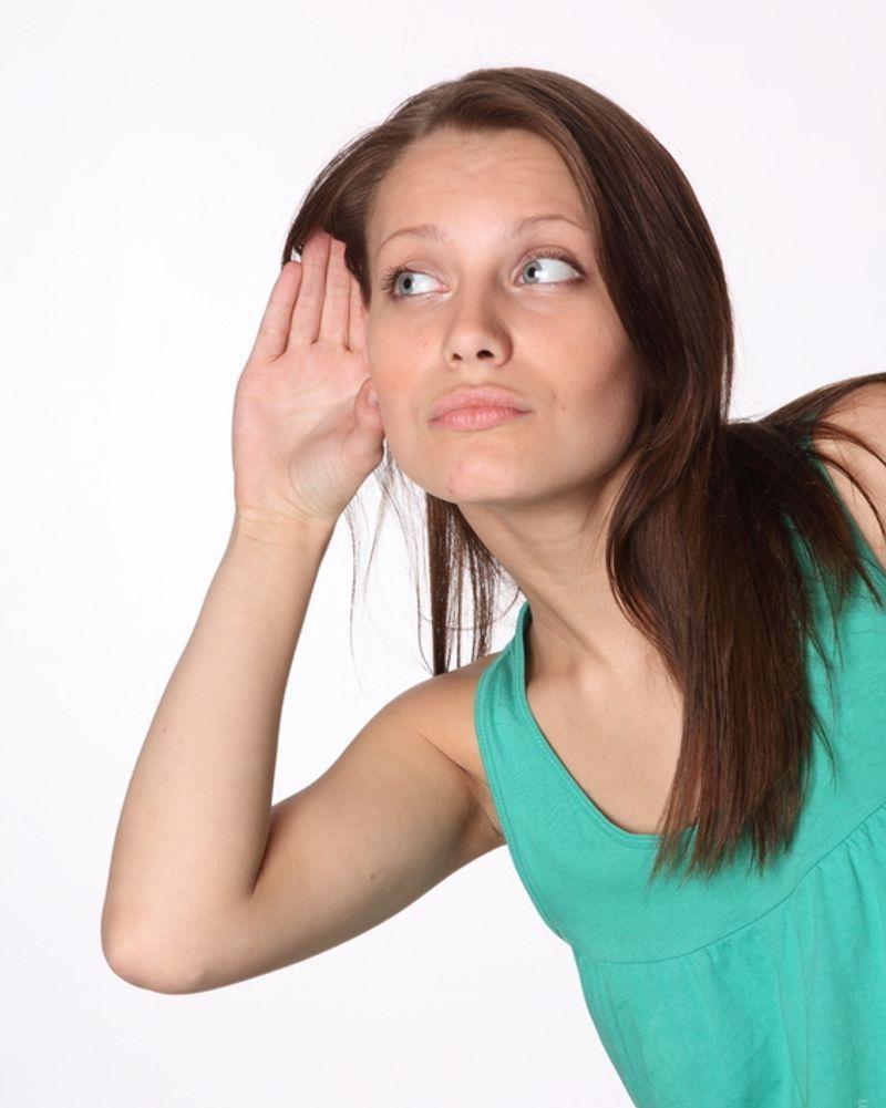 femme main écoute