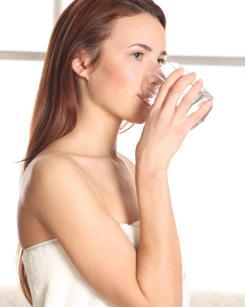 femme boire eau verre