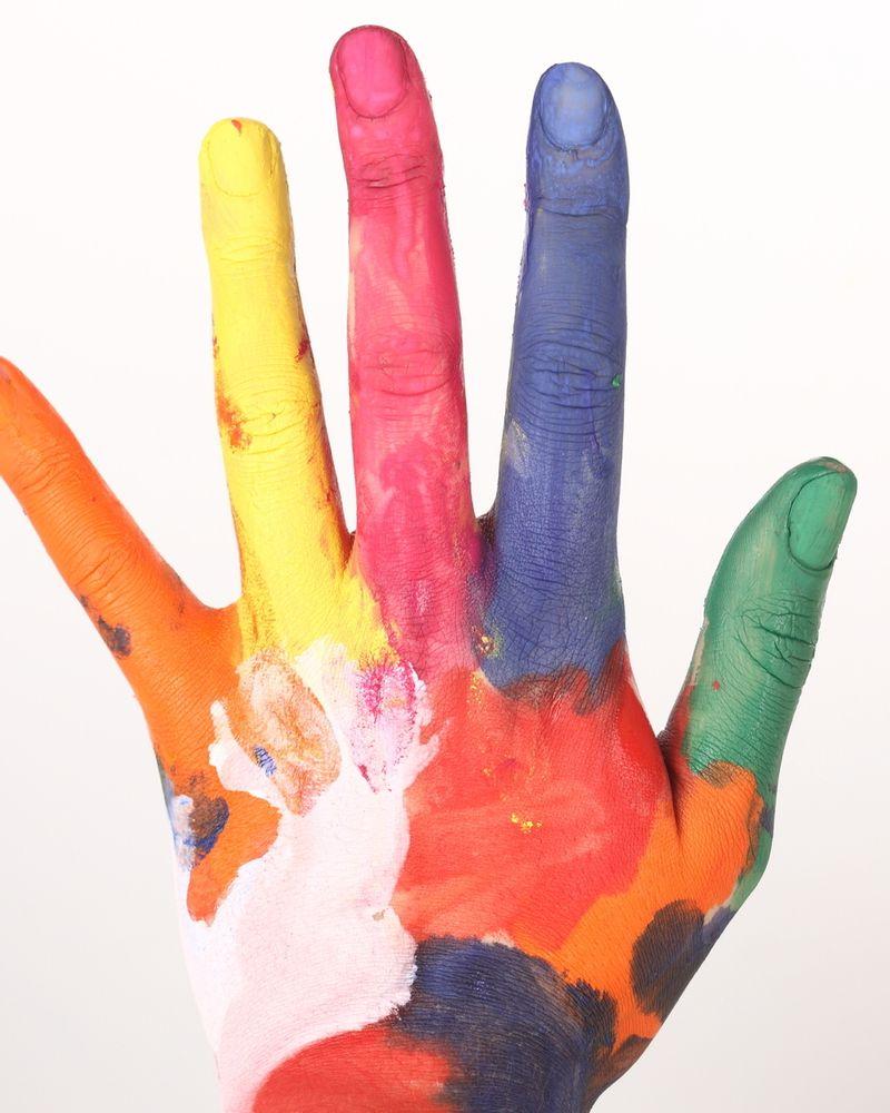 mains couleurs peinture