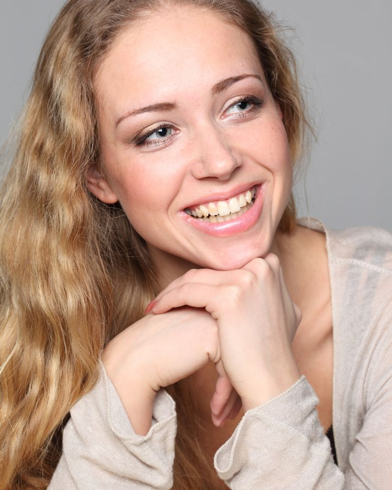 femme blonde sourire dent