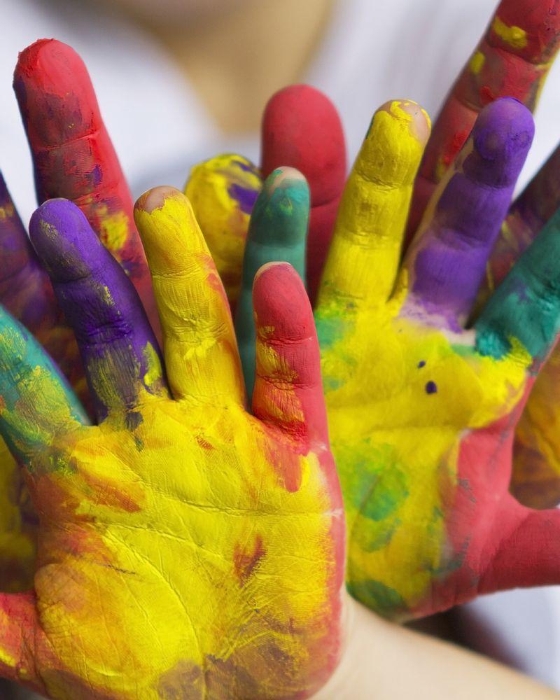 mains enfant couleur peinture