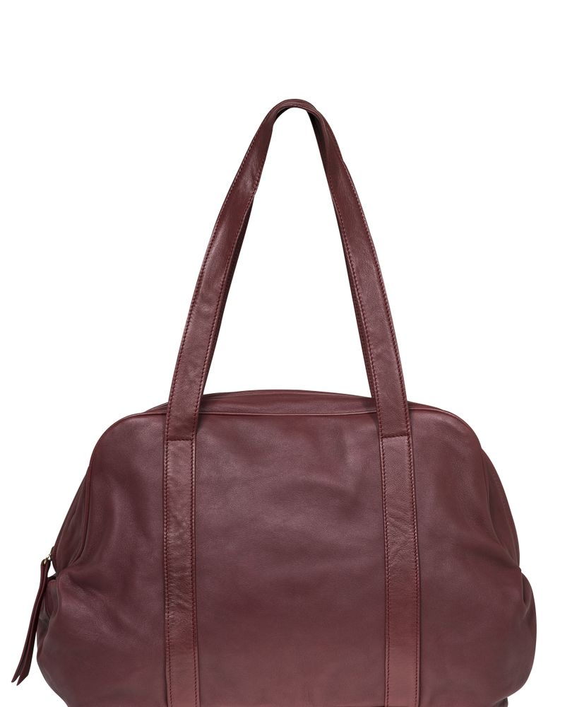 Féminité sportive avec ce sac Lola disponible en framboise, noir, brun, violine, gris bleu. 100% cuir d'agneau tannage végétal.