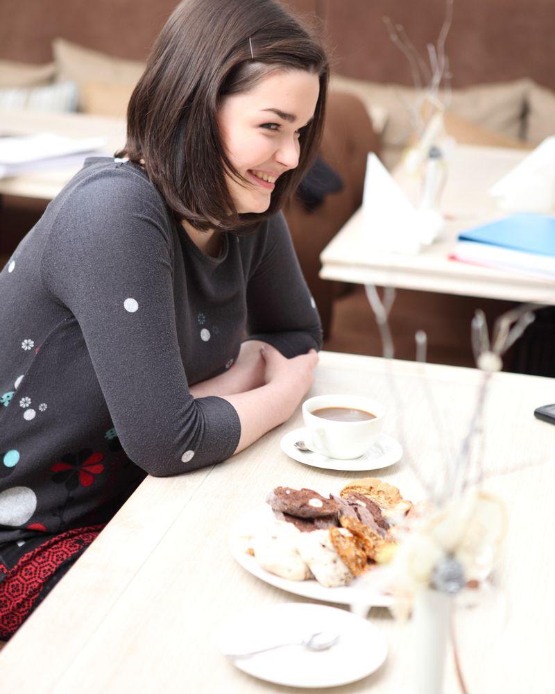 femme sourire déjeuner