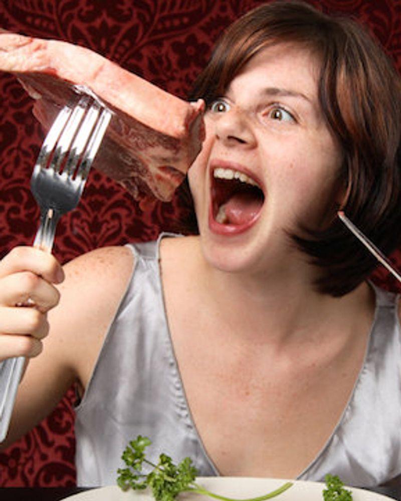 femme mange viande