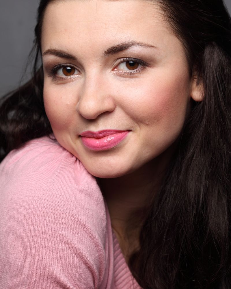femme sourire rose coquette