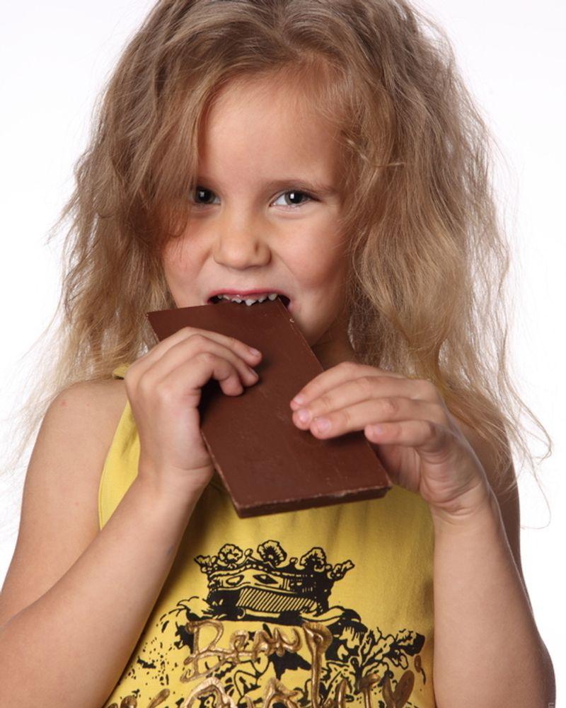 enfant fille chocolat pâques