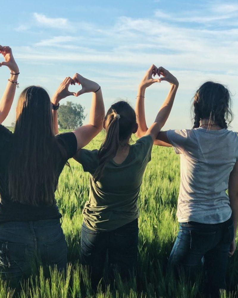 Amies coeur avec les mains