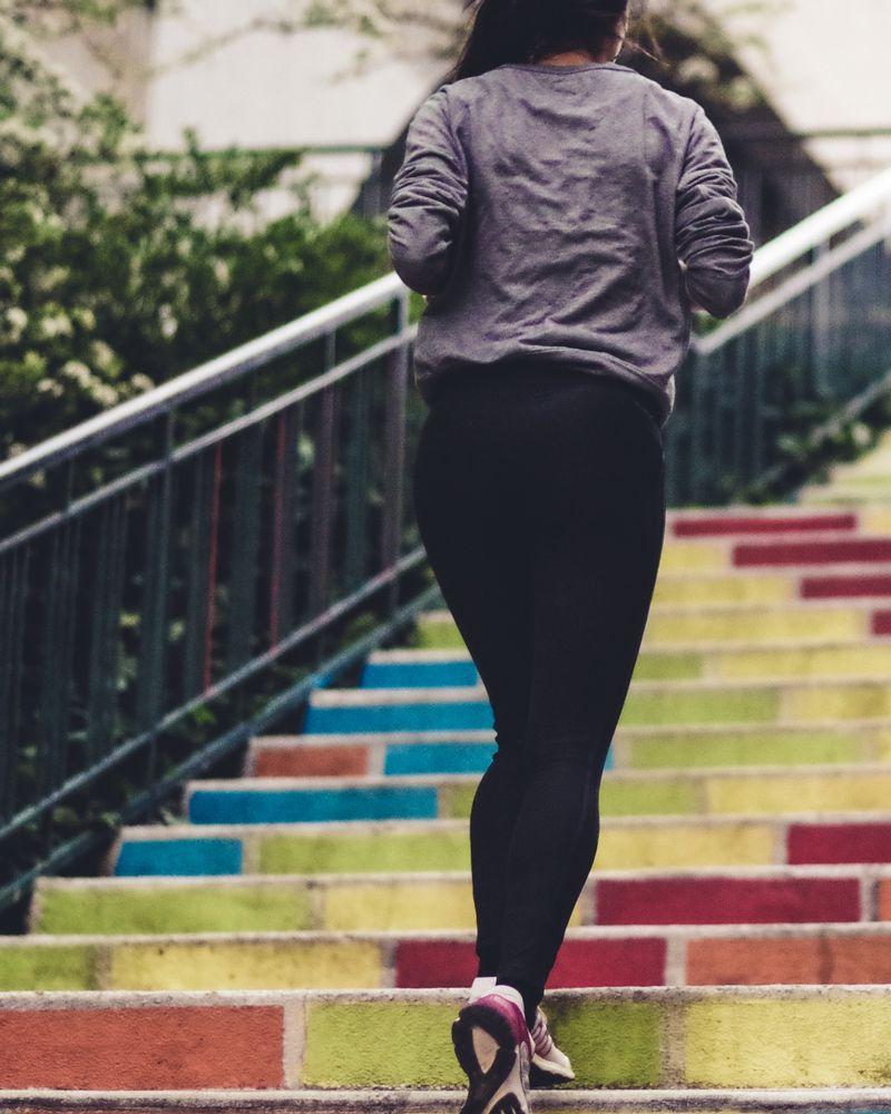 escalier couleurs marches